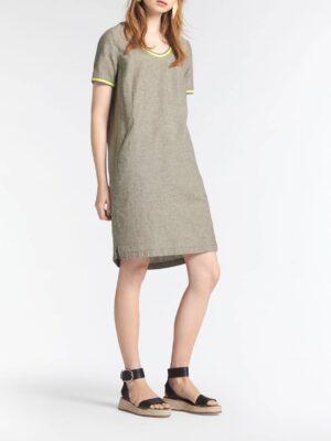 Sandwich NL Linnen staat bekend als heerlijk luchtig en lucht materiaal. Deze jurk is dan ook perfect voor het voorjaar. De jurk is voorzien van steekzakken en een elastisch gestreepte bies bij de hals en op de mouwen.