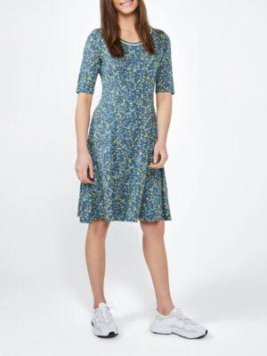 Sandwich NL Een A-lijn jurk met korte mouwen en kleurrijke bloemenprint. De afkledende jerseyjurk is smal aan de bovenkant en naar beneden toe steeds wijder. De jurk is gekenmerkt met een lurex gestreepte bies in de halslijn.