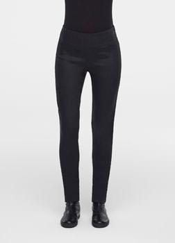 SarahPacini EU Een opgerolde zoom en hoge taille geven deze smalle broek een sterke persoonlijkheid. Ze loodsen je onbezorgd door het seizoen in combinatie met een lange trui en cardigan.