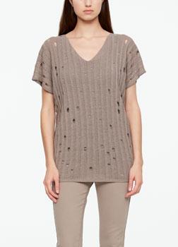 SarahPacini EU Een linnen trui met uitzonderlijke soepelheid. Het opengewerkte ontwerp en een gerafelde uitsnijding creëren een urban attitude. Strepen in reliëf zetten het Italiaans vakmanschap in de spotlights.