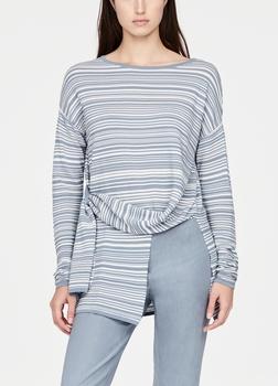 SarahPacini EU Zandduinen die vormgegeven worden door de wind. Deze mako katoenen trui heeft een asymmetrisch pand dat door een lus geweven is. Combineer de losse stof met een wijde broek.