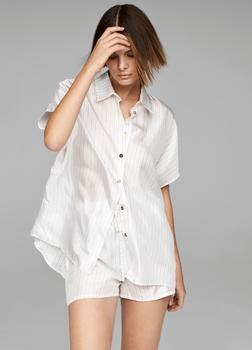 SarahPacini EU Een top die zo stijlvol is dat je hem als zomerhemd of pyjama kan dragen. Het zijdeachtig