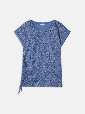Sandwich NL Dit T-shirt met print is een echte must-have voor het voorjaar en zomer. Deze top is gemaakt van fijn katoen waardoor het comfortabel zit. Het T-shirt heeft een losvallende pasvorm door de korte aangeknipte mouwen en een ronde hals. De top heeft omgeslagen mouwen en een koord in de zoom.