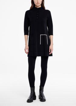 SarahPacini EU Deze one-size tricotjurk van stretchstof is ontworpen voor verschillende lichaamstypes. De losse jurk is afgewerkt met een kraagje met knopen en driekwartmouwen. Boven de zoom zitten trompe-l'oeil zakken.