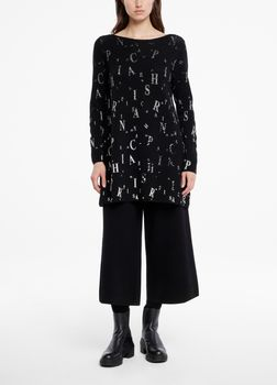 SarahPacini EU Deze one-size tricotjurk van stretchstof is ontworpen voor verschillende lichaamstypes. Laat je creativiteit de vrije loop met dit knielange stuk met opvallende snit. Het is bezaaid met de letters van ons label