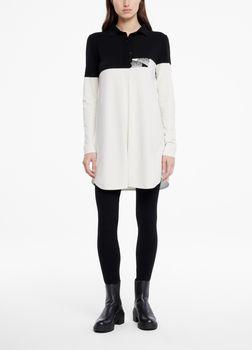 SarahPacini EU Deze one-size tricotjurk van zachte stretchstof is ontworpen voor verschillende lichaamstypes. Aan de voorkant creëren een verticale strook en een kleine split de illusie van een zwierig hemd. Het zwart-witpatroon omvat twee potloodpunten in yin-yangpositie.
